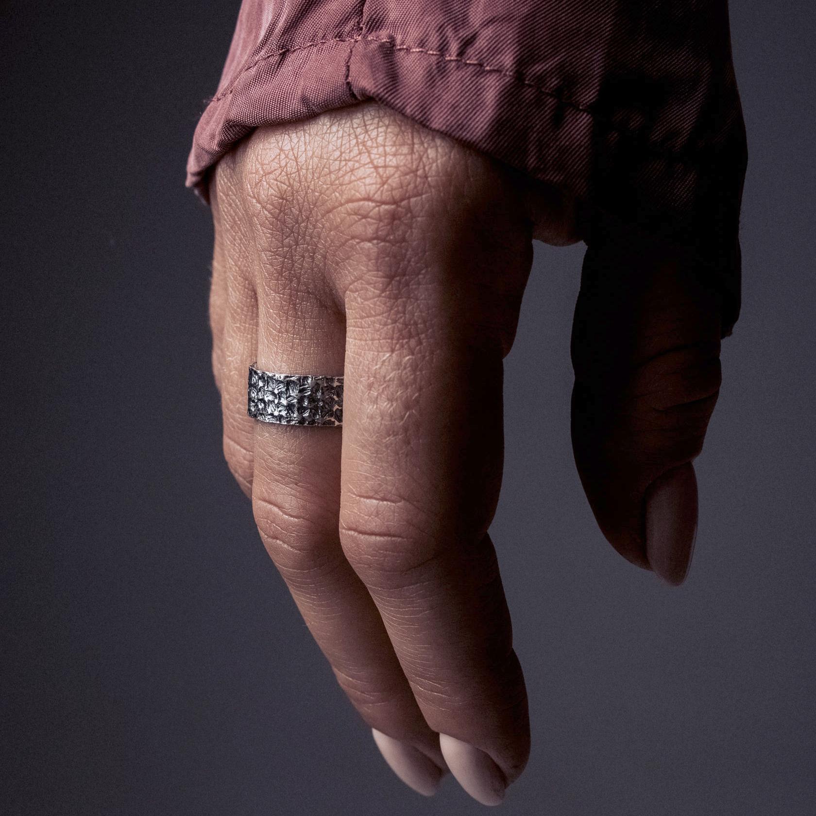 Кольцо из серебра Fibers с чернением 000091407 Zlato