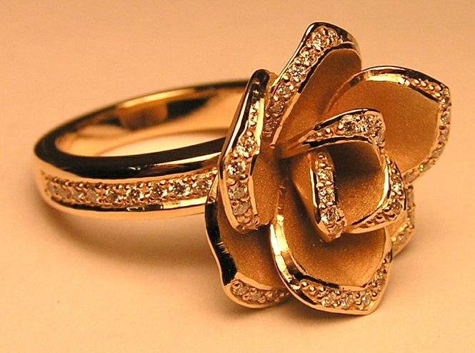 Золоте кільце в виді квітки