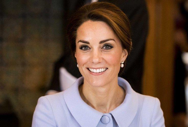 Кейт в серьгах с жемчугом