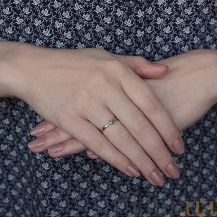 f446d4a931cb ... Помолвочное кольцо из красного золота Мираж с изумрудом 000068773 ...